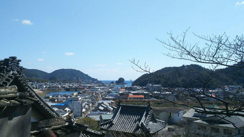 薬王寺の本堂から見える海