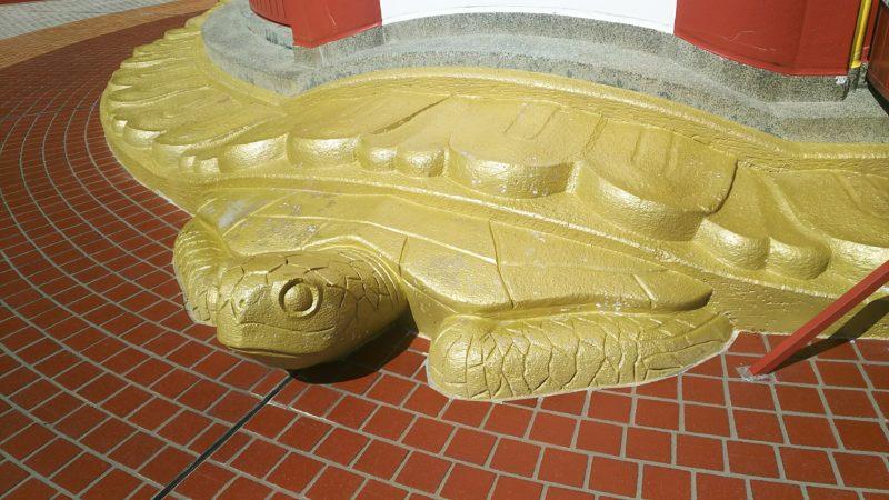 薬王寺の瑜祇塔を支えるウミガメ