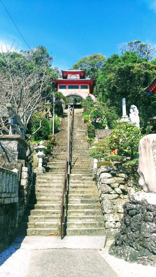 津照寺の本堂へ続く108段の階段