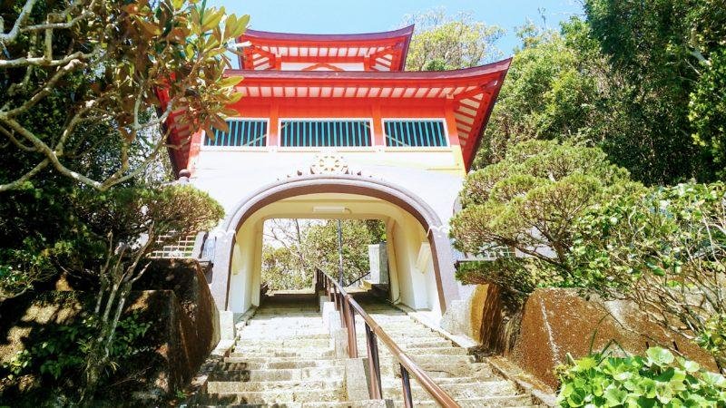 津照寺の階段途中にある鐘楼門