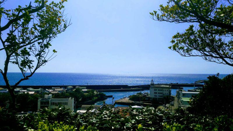 津照寺の本堂から見える海