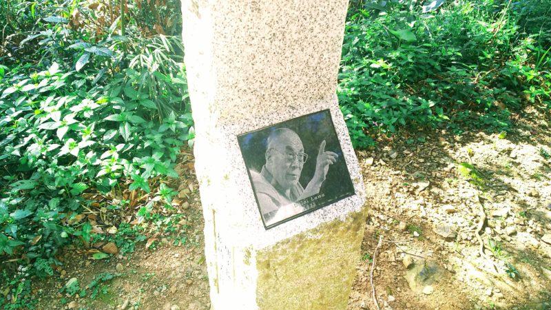 最御崎寺の仁王門への坂道にある灯籠にはひとつずつ世界の偉人の写真がついている