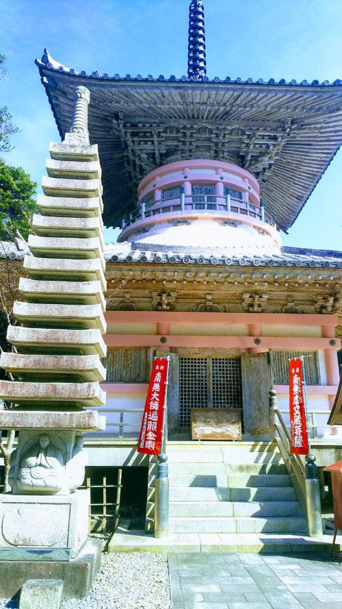 最御崎寺の多宝塔はなぜかピンク色