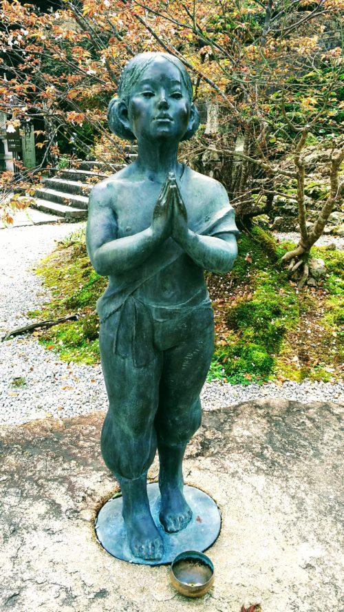 竹林寺の本堂前にある善財童子像