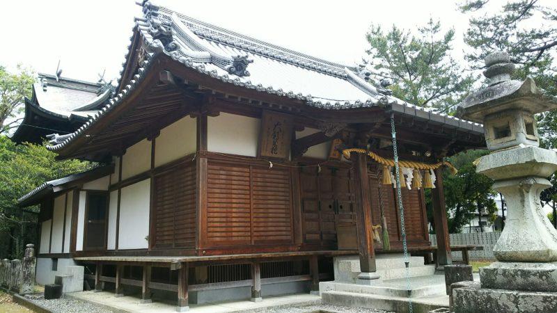 瓦屋根の立派な拝殿