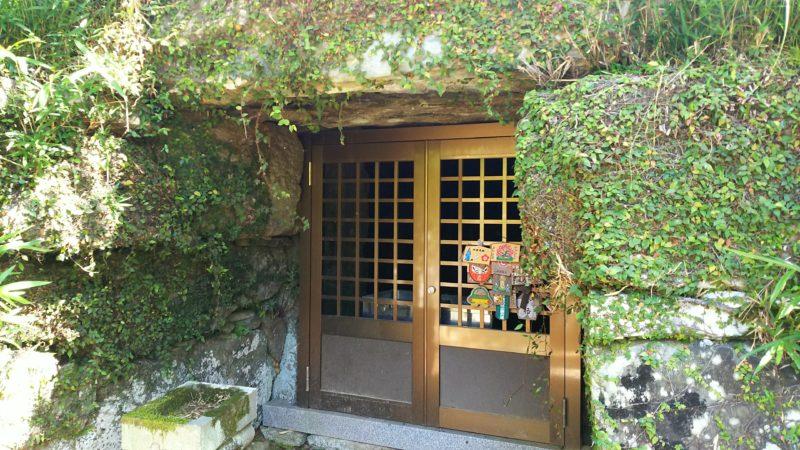 穴不動古墳の入り口はなぜか洋風なドア