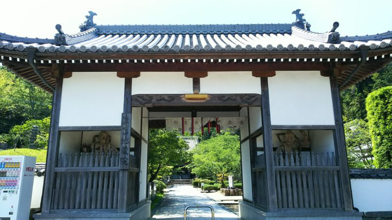 地蔵院の仁王門、正面には本堂が見える