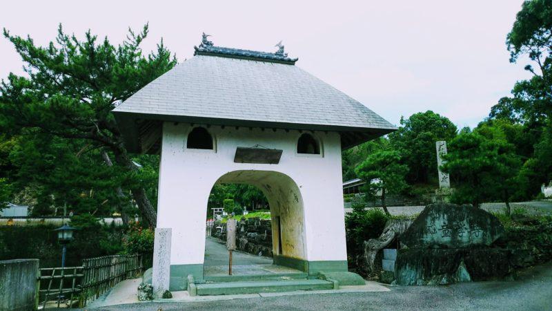 童学寺の鐘楼門はシンプルな中国風