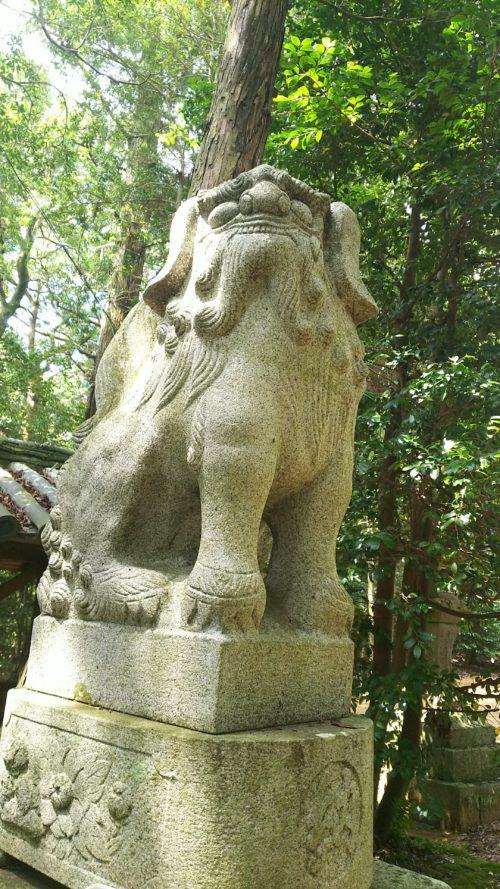 拝殿前の吽形の狛犬