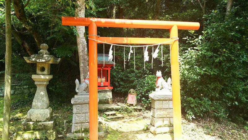 拝殿の右隣にある稲荷神社