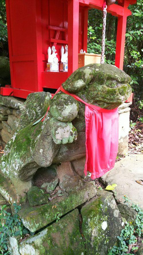 境内の稲荷神社の狛犬は手に玉をのせている