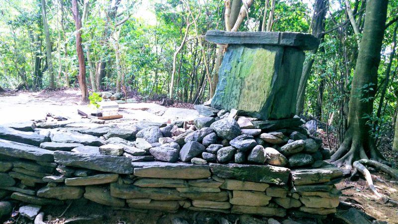 奥の院の祭壇は周囲を一周できる、裏側から見た祭壇