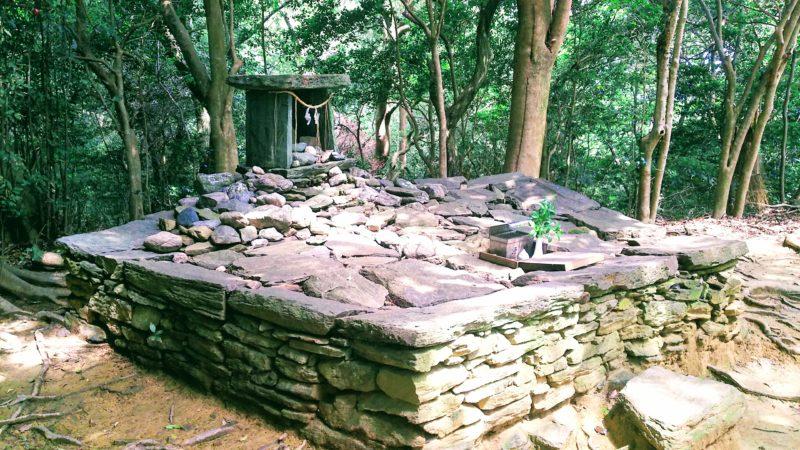 奥の院の祭壇は青石でできた五角形の石組