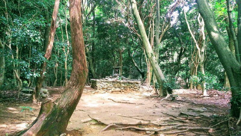 奥の院は杉尾山の中にひっそりと鎮座している