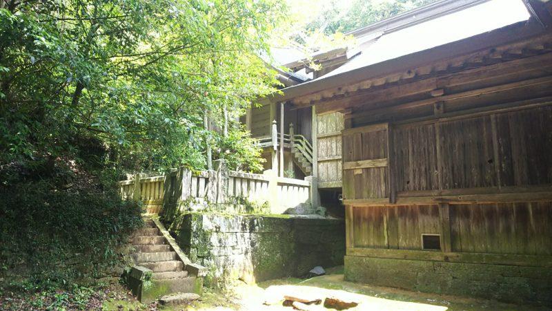 神陵をけずって建てられたという本殿