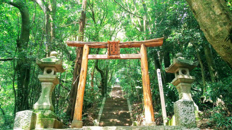 神社に続く長い石段は山の中にある