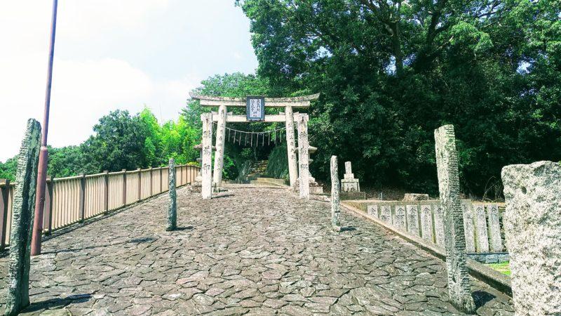 史跡公園入口にある鳥居と参道