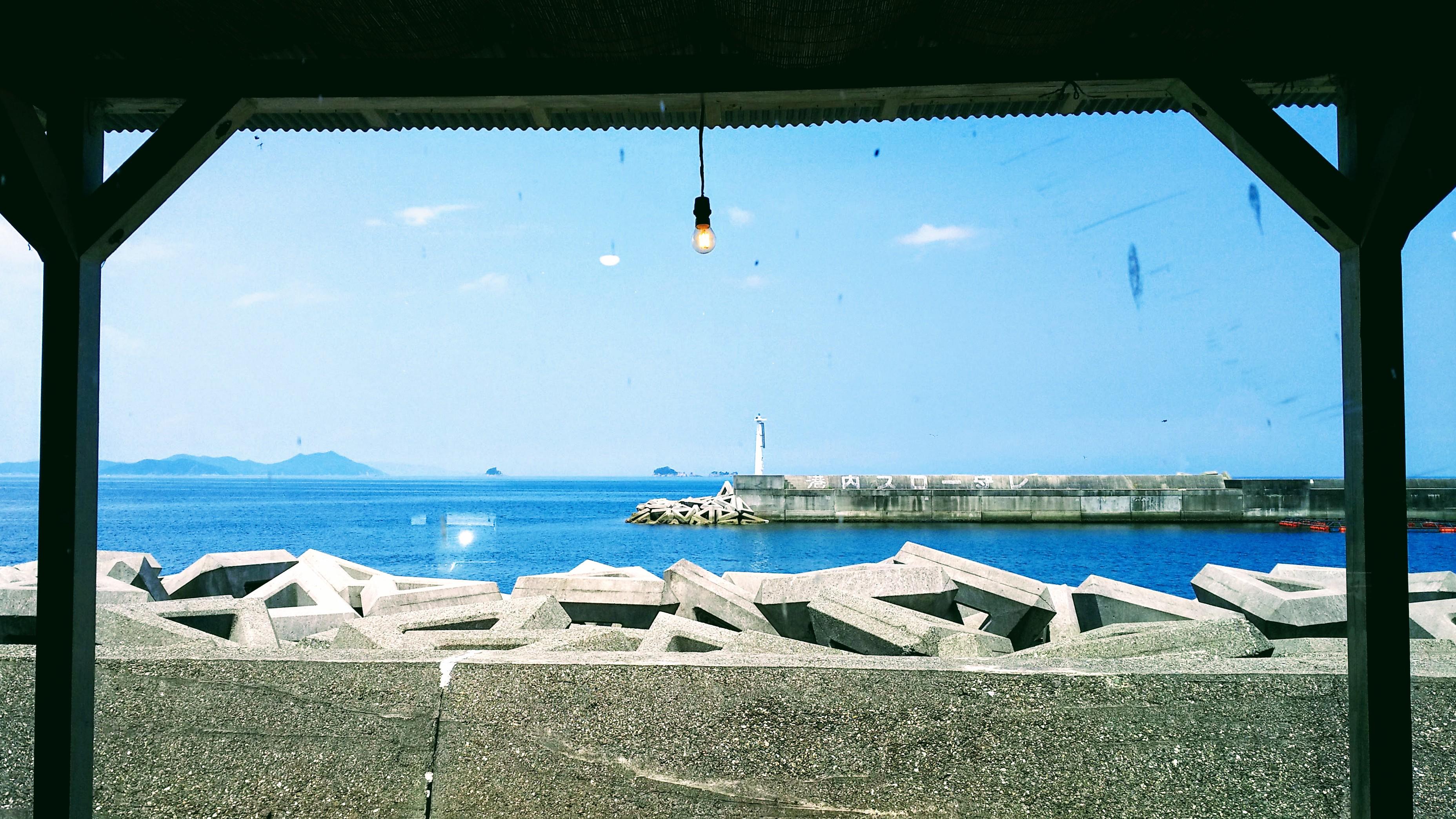 カフェAOの店内から見える瀬戸内海