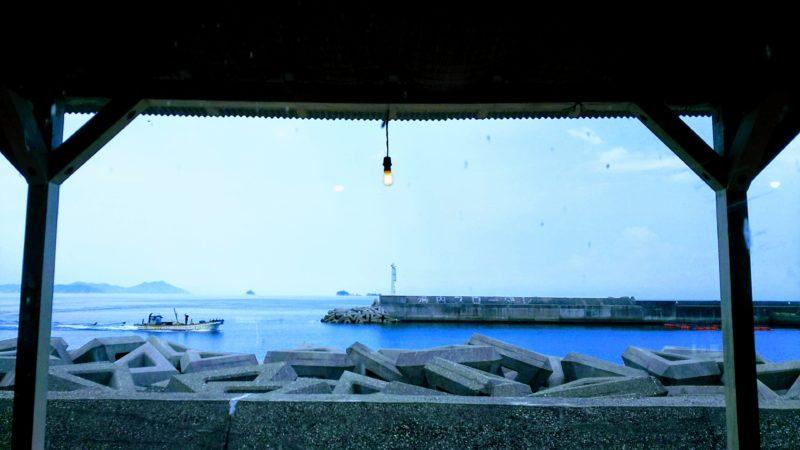 席から見える海、たまに漁船も通る