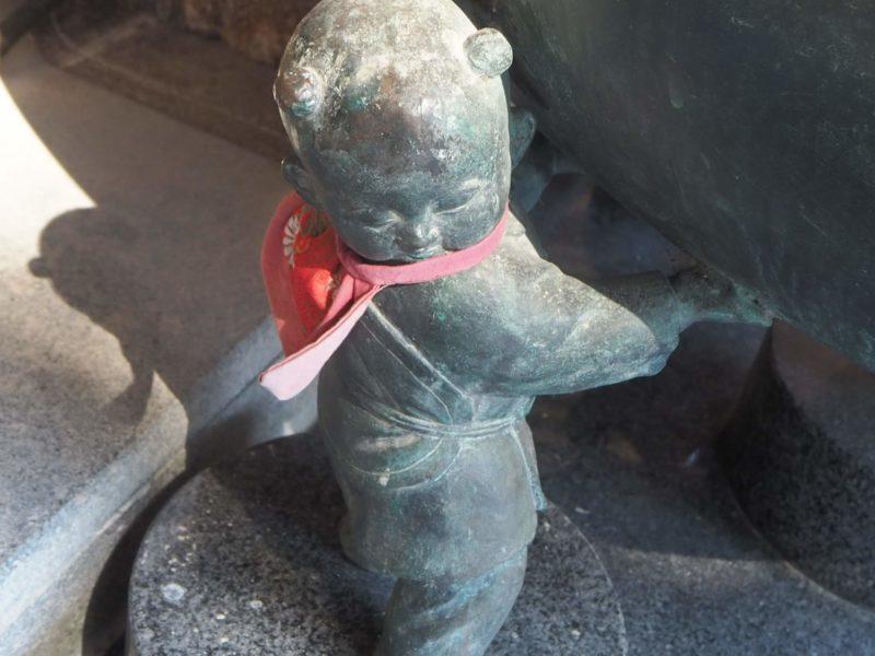 最御崎寺の本堂前の香炉を支えるかわいい童子
