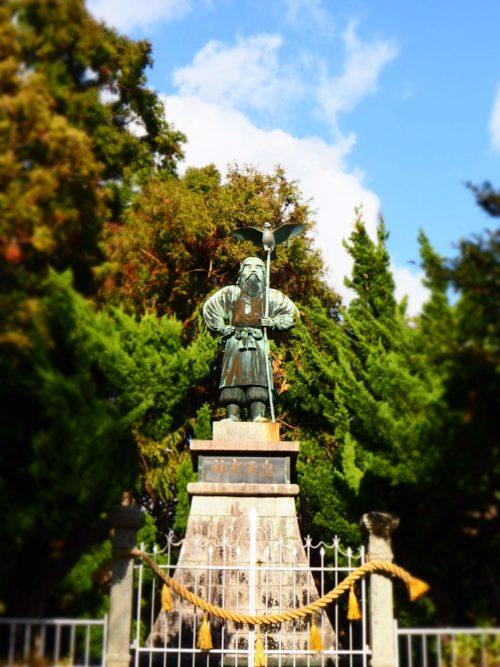 眉山公園にある神武天皇の銅像